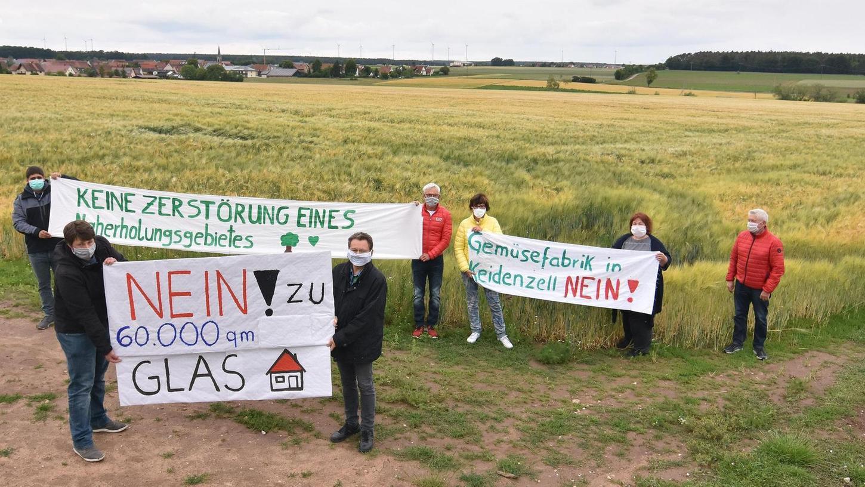 Noch steht auf dem zehn Hektar großen Acker neben der Deberndorfer Straße vor Keidenzell Getreide. Gegen die Pläne eines Betriebs aus dem Knoblauchsland, dort ein 60 000 Quadratmeter großes Gewächshaus hochzuziehen, melden die Bürger Protest an.