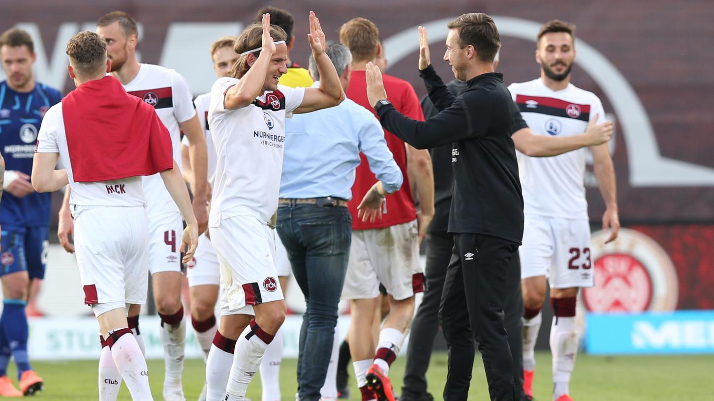 Gebündelte Erleichterung: Der 1.FC Nürnberg, versammelt um den dreifachen Torschützen Robin Hack, hat einen Schritt weg vom Abgrund getan, weitere müssen folgen