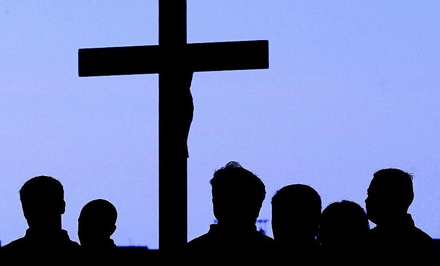 Die Gläubigen in der betroffenen Fürther Gemeinde sind ratlos: Ihr Pfarrer soll in den 80er Jahren einen Jungen missbraucht haben.