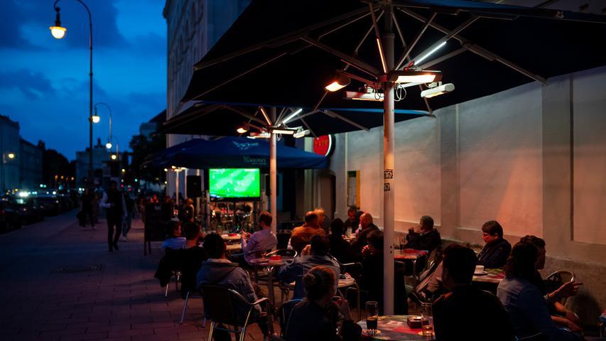 Fußballfans verfolgen in einem Cafe das Spiel zwischen dem FC Bayern München und Werder Bremen.