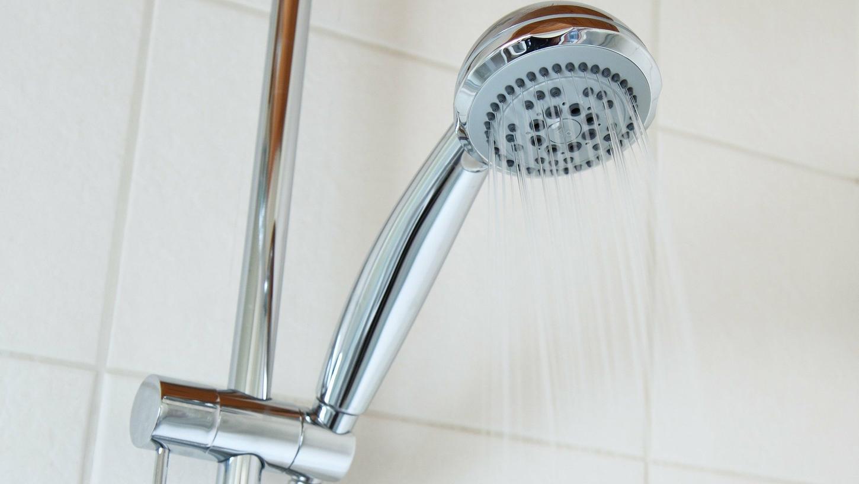Duschen im Stehen kann für Mieter Konsequenzen haben.