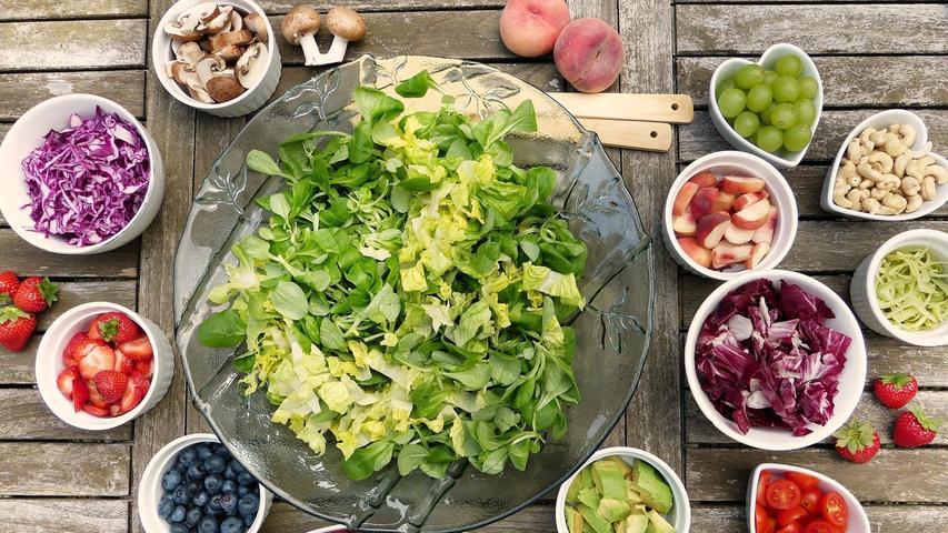 Wer sich geistig anstrengt, braucht spätestens zur Mittagszeit neue Energie. An heißen Tagen im Homeoffice sollten es dann besser keine großen und schwer verdaulichen Gerichte sein. Lieber greift man zu sommerlichen Snacks wie Obst und Gemüse. Diese lassen sich portionsweise im Kühlschrank aufbewahren und es ist immer eine Kleinigkeit zur Hand. Wem das nicht ausreicht, der kann sich mit einem Vollkornbrot mit Quark und frischer Kresse schnell ein gesundes und sommerliches Pausenbrot zubereiten.