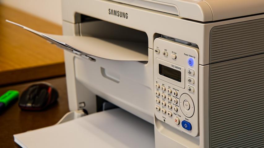 Auf PC oder Laptop können im Homeoffice nur die wenigsten verzichten. Doch es gibt eine Reihe weiterer elektrischer Geräte, die Hitze produzieren. Um die Temperatur im Arbeitszimmer zu reduzieren, hilft es, die Geräte möglichst abzuschalten. Drucker oder Kopiergeräte benötigen die meisten Heimarbeitenden nur temporär. Da kann es reichen, sie nur bei Bedarf einzuschalten und nicht im Energiesparmodus weiter laufen zu lassen. So lässt sich neben Wärme auch noch Strom einsparen. Fällt die Mittagspause einmal etwas umfangreicher aus, lohnt es sich, auch den PC oder Laptop herunterzufahren und abkühlen zu lassen.
