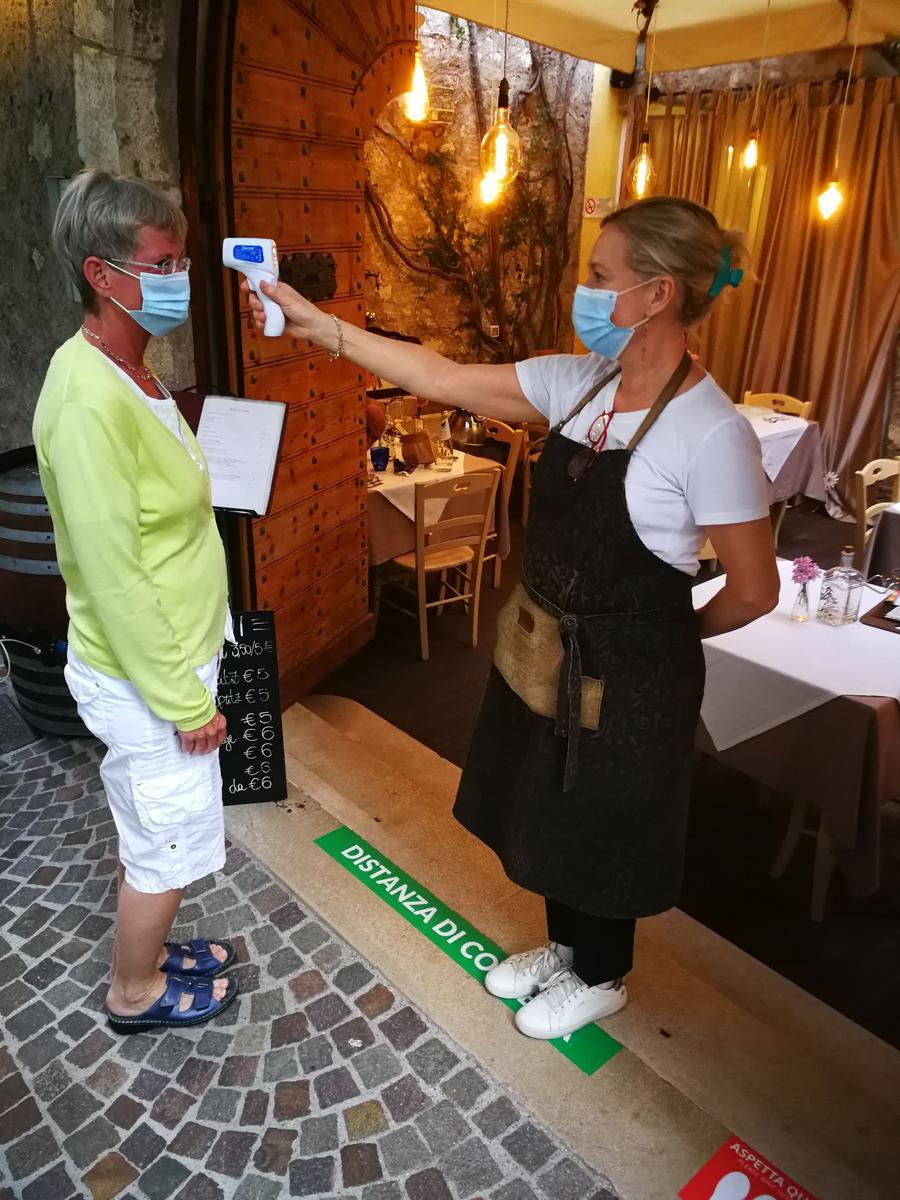 Obligatorisches Fiebermessen vor Betreten des Restaurants.