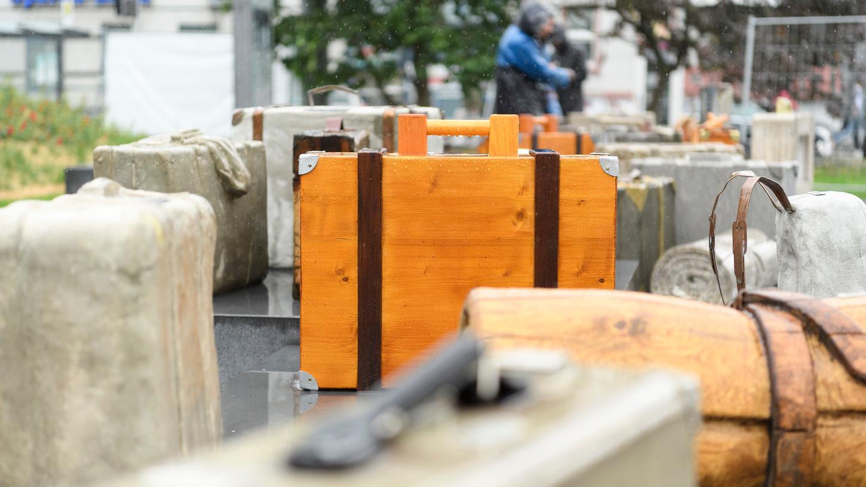 Das Mahnmal soll einmal über 100 zurückgelassene Gepäckstücke umfassen - und an die Deportation der Juden aus Unterfranken erinnern.