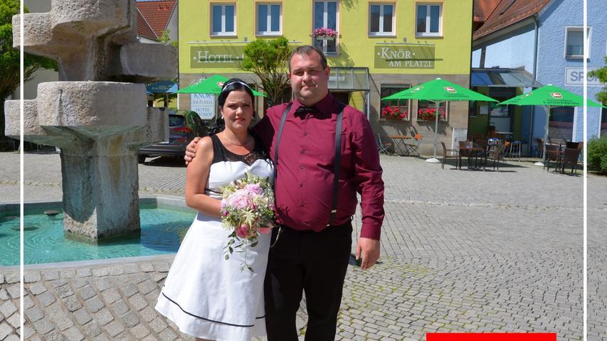 Daniel Feder und Madlen Koch gaben sich in der Vitus-Gemeinde im Trauzimmer am Sophie-Scholl-Platz das Ja-Wort. Die Jungvermählten – er ist Kraftfahrer und kommt aus der Jura-stadt, sie ist Einzelhandelskauffrau, die in Erfurt groß wurde – lernten sich in Hersbruck kennen, schließlich auch lieben und verloren sich seitdem nicht mehr aus den Augen. Das junge Eheglück wurde privat im kleinen Kreis in Neumarkt gefeiert. Die kirchliche Trauung ist für nächstes Jahr geplant.