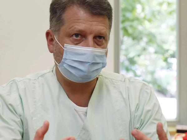 Prof. Christoph Fusch (61) ist seit 30 Jahren Neonatologe und seit vier Jahren Chefarzt am Nürnberger Klinikum, sein Schwerpunkt ist die Neugeborenenmedizin. Der gebürtige Westfale hat unter anderem in der Schweiz und in Kanada gearbeitet. Prof. Fusch hat drei Kinder und lebt in Nürnberg, Er liebt guten Jazz und das Fahrradfahren.