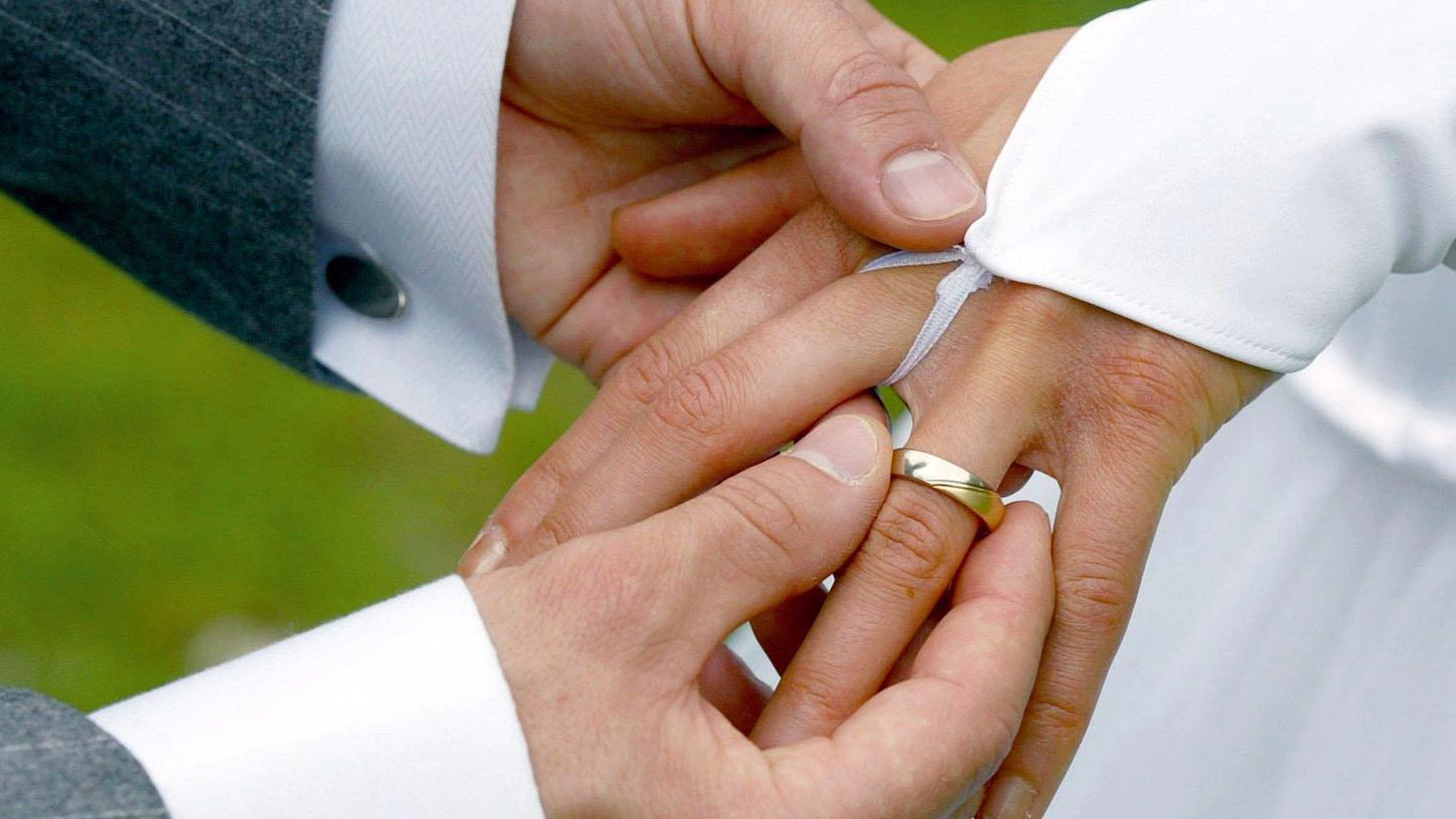 Hochzeiten mit bis zu 50 Gästen innen und 100 Gästen im Außenbereich sind ab Montag wieder möglich.