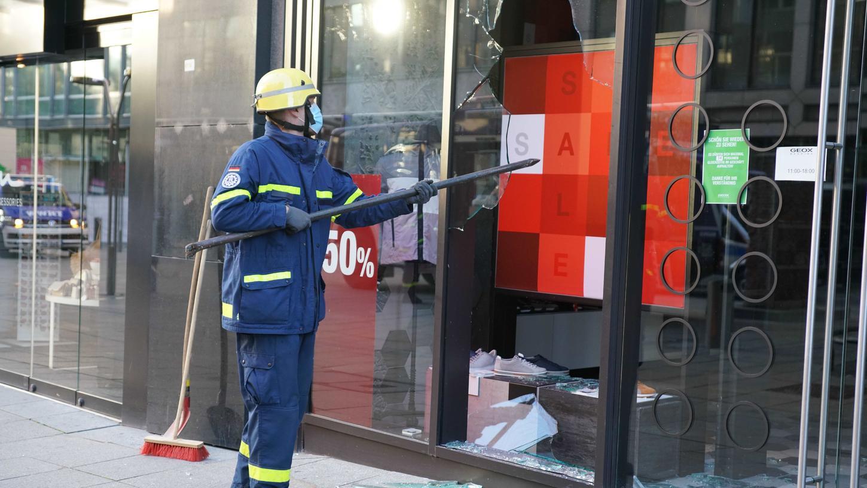 Die Feuerwehr hatte nach den schweren Ausschreitungen in der Nacht zum Sonntag alle Hände voll zu tun.