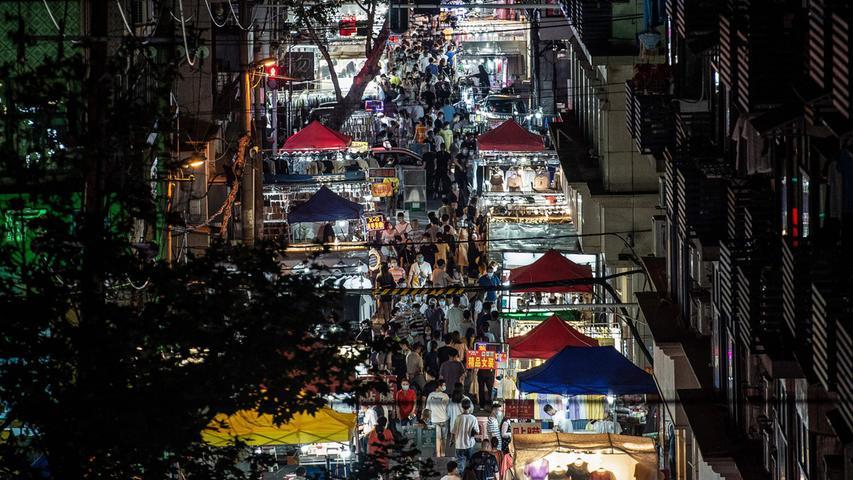 W wie Wuhan: Millionenstadt in Zentralchina und mutmaßlich der Ursprungsort der Pandemie; in einer beispiellosen Aktion riegelte die chinesische Regierung die besonders schwer vom Coronovirus betroffene Stadt monatelang ab