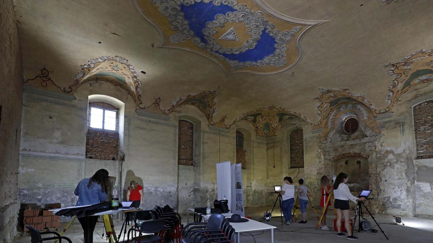 Die Studierenden aus der Universität Bamberg haben den Hör- gegen den Betsaal getauscht und führen in der alten Synagoge Mühlhausen praktische Übungen durch: Sie erstellen das digitale Aufmaß, das als Grundlage für die weitere Denkmalpflege nötig ist.