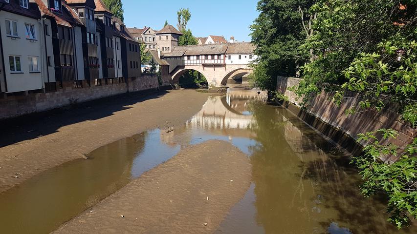 Sör hat am Mittwoch das Wasser aus der Pegnitz fast vollständig abgelassen. Nun sollen vier Granaten am Trödelmarkt geborgen werden.