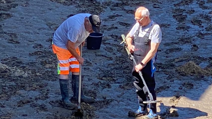 Diethard Posorski, Truppenführer beim Kampfmittelräumungsdienst-Dienst Tauber und sein Kollege Ralf Kiesewetter (rechts im Bild) wurden mit der Bergung der vier Granaten beauftragt. Bereits in den frühen Morgenstunden wurde das Wasser der Pegnitz abgelassen.