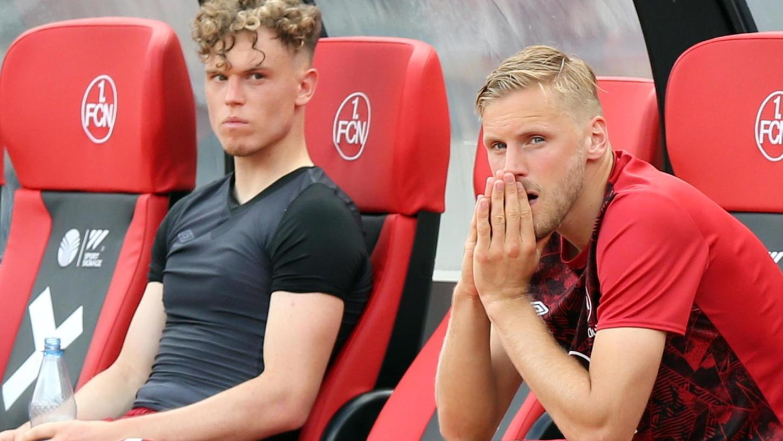 Nur noch ein Sieg: Hanno Behrens (re.) und Robin Hack nach dem Fiasko gegen Stuttgart.