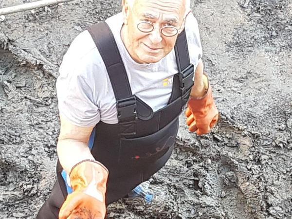 Kampfmittelräumer Diethard Posorski hält eine der vier Granaten in der Hand.
