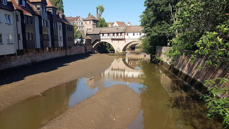 Am Mittwoch ließ die Stadt das Wasser der Pegnitz in der Altstadt ab. Ein Kampfmittelräumdienst sondierte den Boden.