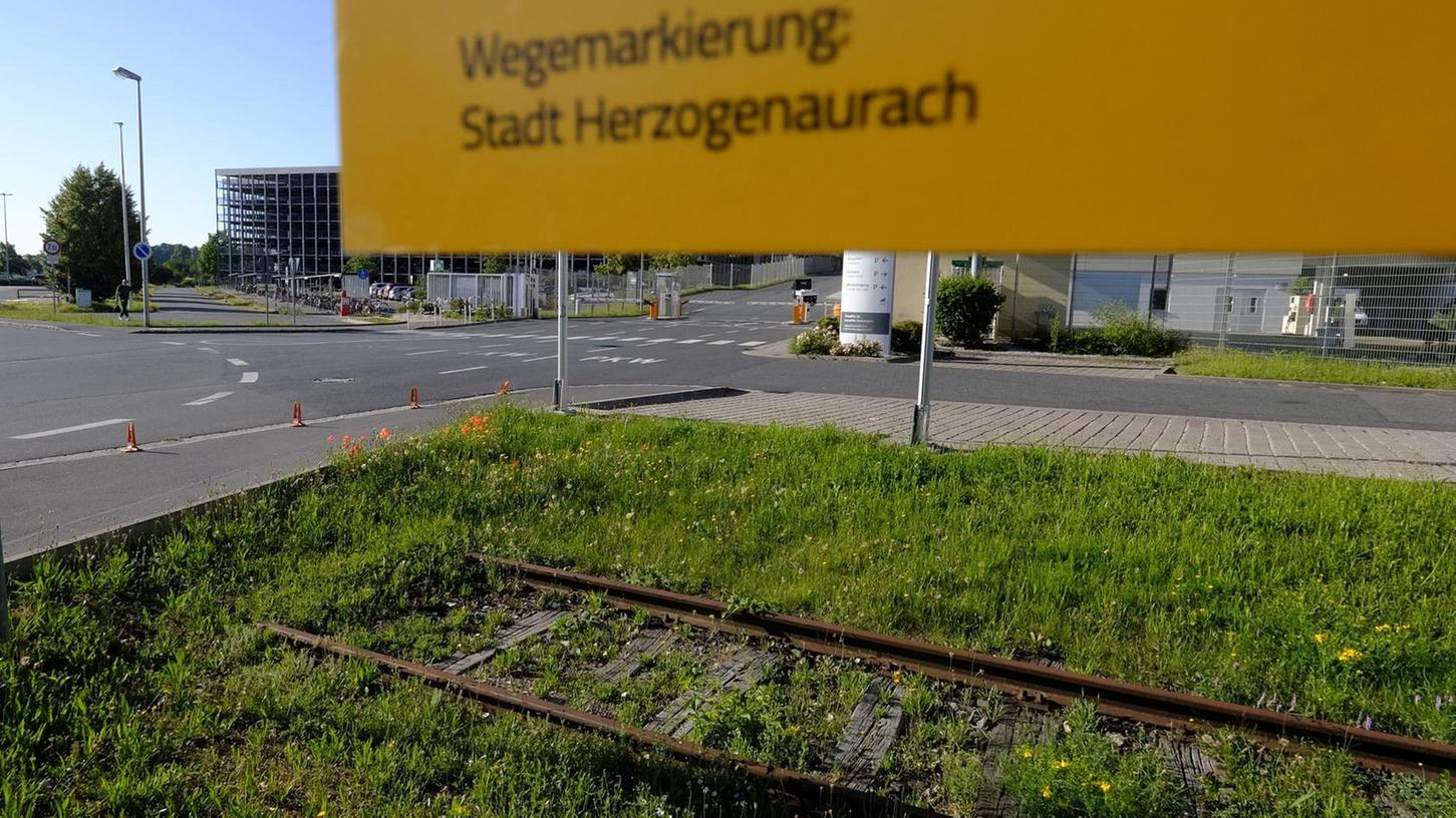 Die alten Aurachtalbahn-Schienen beim Schaeffler–Osttor: Ob hier jemals wieder Züge fahren?
