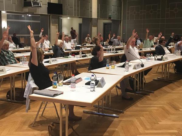 Alle Hände nach oben: Der Stadtrat stimmt für die Prüfung der Aurachtalbahn.