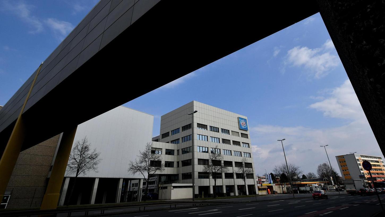 Nördlich des Nordwestrings liegt das Verwaltungsgebäude, in dem sich die Europazentrale des Tiefkühlproduzenten Froneri Schöller befindet. Es wurde jetzt ebenso verkauft wie die riesigen Kühlhallen westlich davon.