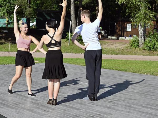 Tanzen auf Paletten:Caroline Kasper (Mitte) und ihr Bruder Julius mit Trainerin Michaela Kemnitzer.
