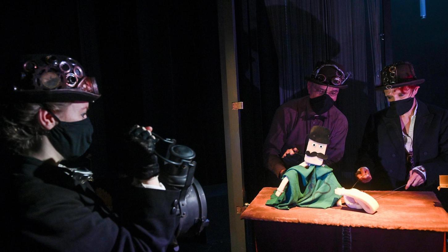 Dr. Jekyll hat einen Handy-Kopf und besteht aus biegsamen Seilen: Szene aus der neuen Produktion vom Theater Salz + Pfeffer.