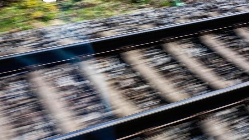 Gemusterte Decke im Gleisbereich sorgt für Feuerwehreinsatz