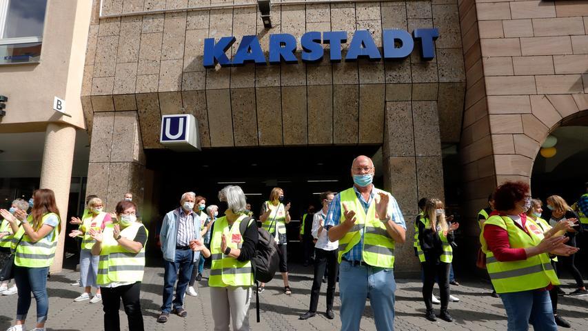 Nürnberger Karstadt-Angestellte protestierten mit Menschenkette