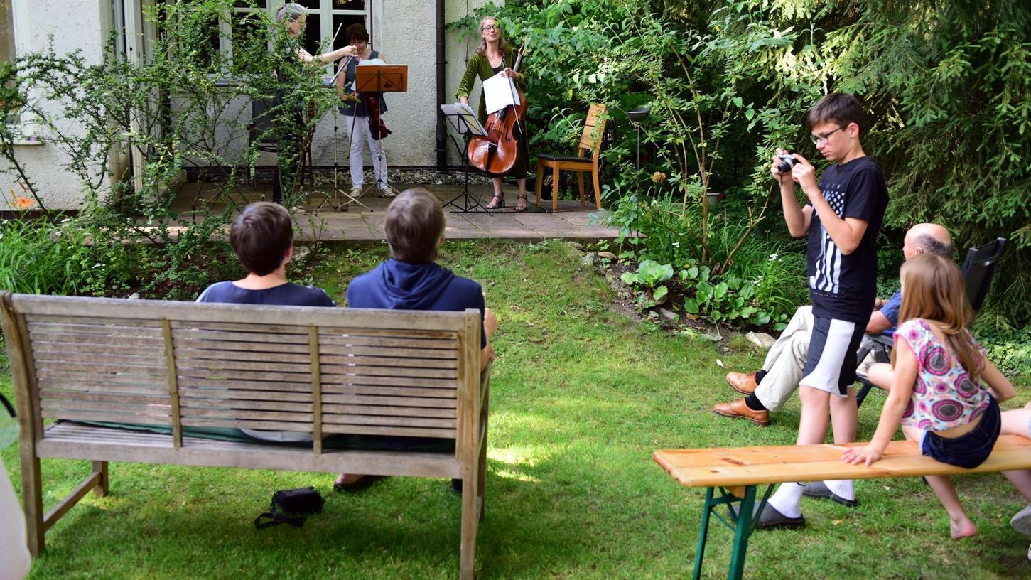 Kultur vor dem Fenster macht es möglich: Zum Geburtstag von Pfarrer Rüdiger Popp von der Dambacher Erlöserkirche spielte das Fürther Elisen Quartett (zu dritt) auf der Terrasse des Pfarrhauses Werke von Bach, Händel und Schubert.