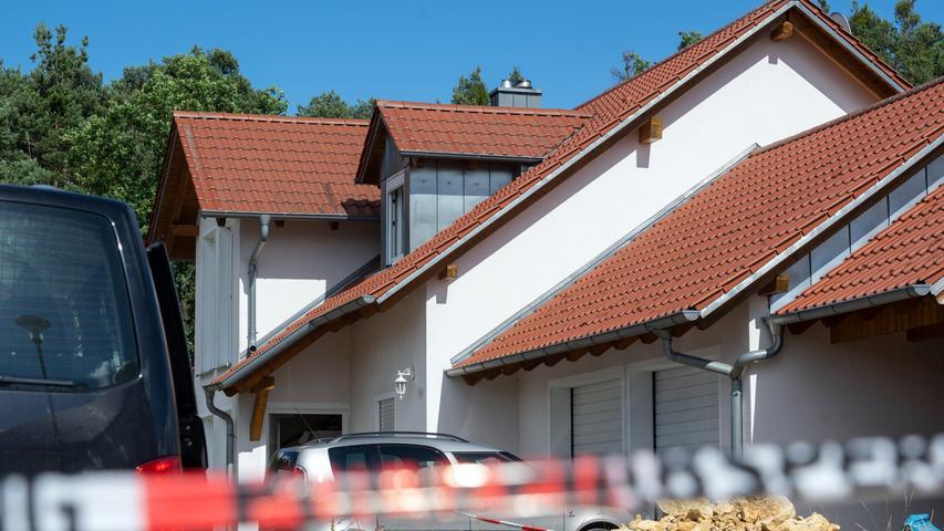 29.06.2020, Bayern, Schwandorf: Absperrband der Polizei ist vor einem Haus angebracht. In dem Einfamilienhaus sind zwei Leichen entdeckt worden. Nähere Angaben zu den Opfern und zu den Umständen ihres Todes machte die Polizei zunächst nicht. Foto: Armin Weigel/dpa - ACHTUNG: Hausnummer gepixelt +++ dpa-Bildfunk +++