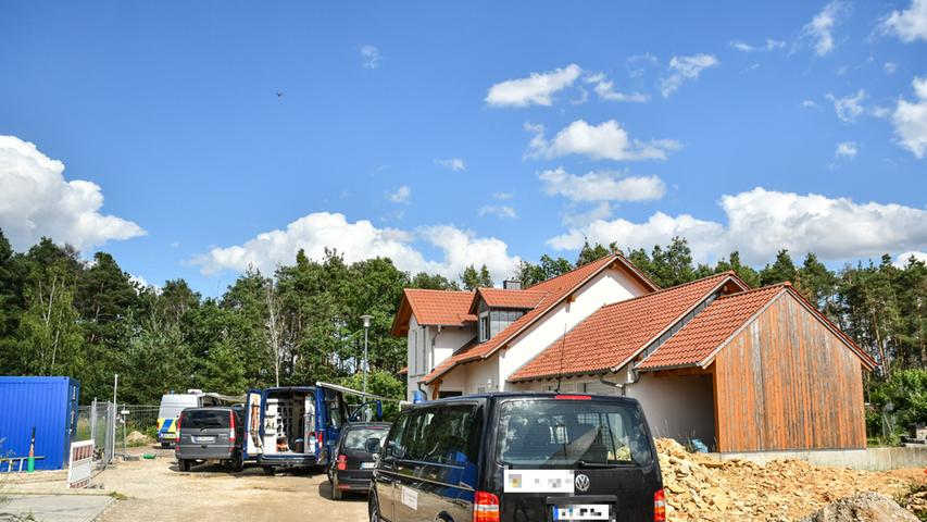 Normalerweise ist der Schwandorfer Stadtteil Büchelkühn in der Oberpfalz ein ruhiges und idyllisches Örtchen, in welchem sich zahlreiche Einfamilienhäuser aneinander reihen. Doch am Montag (29.06.2020) sorgte ein größerer Polizeieinsatz für helle Aufregung. Wie die Polizei bekannt gab, wurden bereits am Vormittag zwei leblose Personen in einem Einfamilienhaus in der Kreuzfelder Straße aufgefunden. Die 57-jährige Hausbewohnerin und ihr 69 Jahre alter Lebensgefährte waren nicht zur Arbeit erschienen, woraufhin die Polizei am Vormittag zum Haus fuhr und die beiden tot in der Wohnung entdeckte.