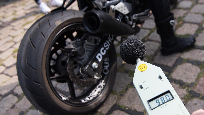 Ein Mitarbeiter des TÜV kontrolliert bei einer Infoveranstaltung zum Start der Motorradsaison die Lautstärke eines Auspuffs. Der ADAC lehnt Forderungen der Bundesländer nach zeitlich beschränkten Motorrad-Fahrverboten an Sonn- und Feiertagen aus Gründen des Lärmschutzes ab.