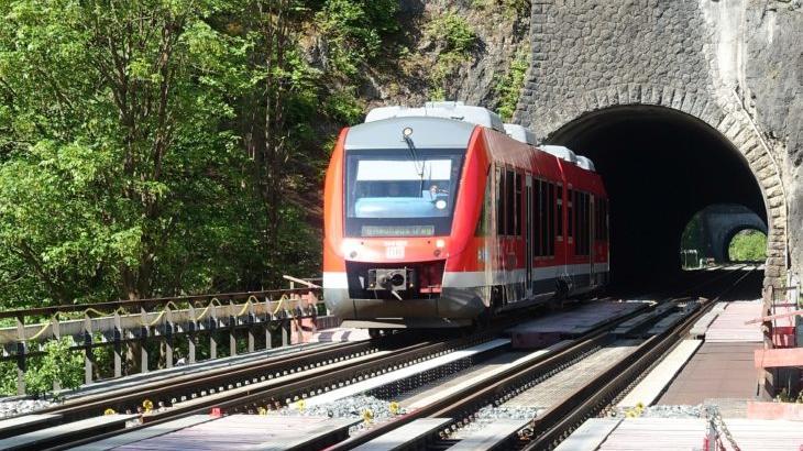 Für eine Elektrifizierung der Bahnstrecke durch das Pegnitztal müssen auch einige Eisenbahntunnel aufgeweitet werden.