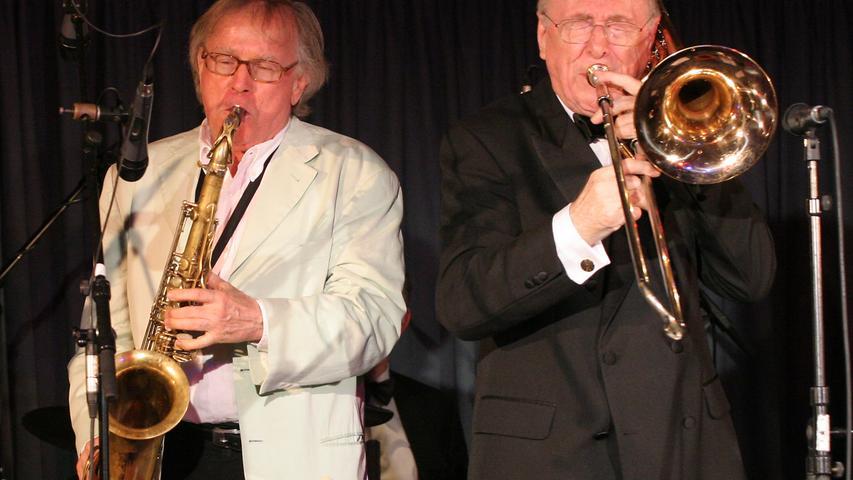Zusammen mit Chris Barber (re.)trat Klaus Doldinger 2005 im Karstadt-Kultur-Café in Nürnberg auf.