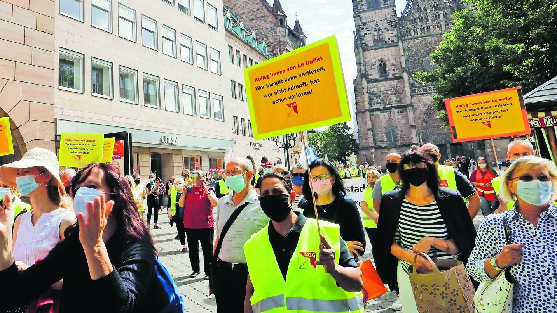 Mit Protestaktionen – wie hier in Nürnberg – wehren sich Beschäftigte von Galeria Karstadt Kaufhof gegen die Rotstift-Politik des Warenhauskonzerns.