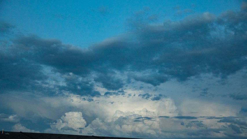 Nach einem warmen aber bewölkten Juli-Anfang, zogen am Mittwochabend (01.07.2020) teilweise starke Gewitter mitheftigem Starkregenüber Mittelfranken weg. Spektakuläre Videos ausNürnberg und Fürth zeigen, wie der Nachthimmel immerwieder von Blitzen erhellt wird. . Foto: NEWS5 / Bauernfeind Weitere Informationen... https://www.news5.de/news/news/read/18222