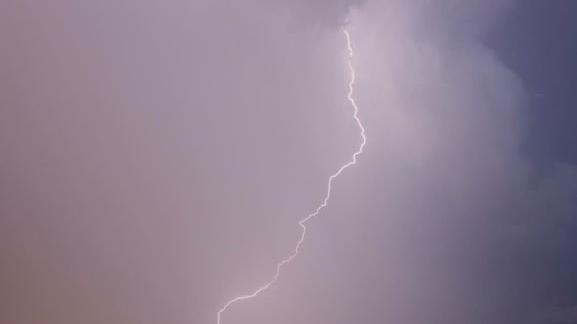 Eine Szenerie aus elektrisierenden Blitzen und gruseliger Atmosphäre zeigte sich in der Donnerstagnacht am Himmel über der Region. Das Wetterleuchten wurde über ganz Bayern beobachtet. Diese Bilder zeigen das Spektakel in Franken und der Oberpfalz.