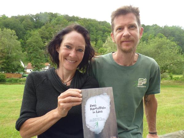 """Über ihre Erlebnisse als """"Kartoffeln"""" in Südostasien hat Tanja Weidner (v. r.) ein Buch geschrieben. Ehemann Uli war ihr Lektor. Nun leben sie in Nankendorf."""