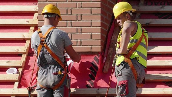 Tödlicher Unfall: Arbeiter stürzt von Dach neun Meter in die Tiefe
