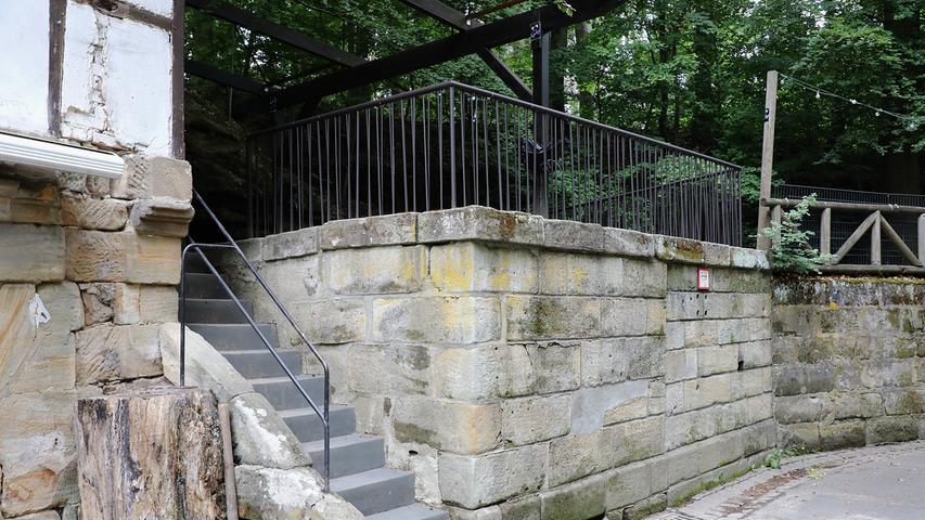 Am Hofmanns-Keller wurde das Muster-Geländer samt Muster-Kellerstufen zur Ansicht montiert.