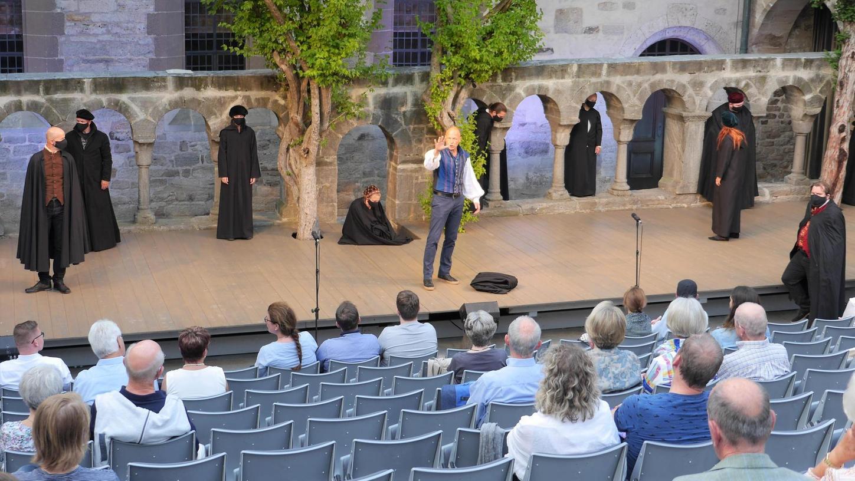 """Abstand halten – das gilt auch auf der Bühne der Kreuzgangspiele – präsentiert wird mit """"Passionen"""" ein Theatererlebnis für Pandemie-Zeiten."""