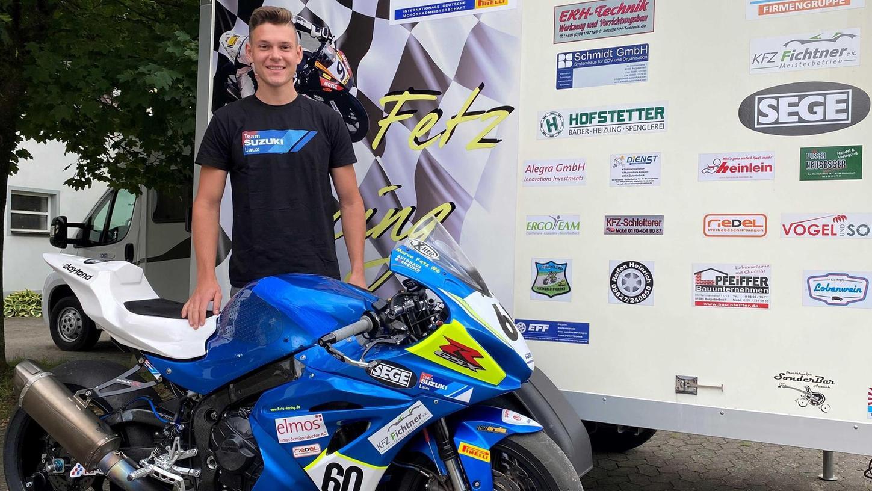 In Zivil: Marco Fetz mit seiner Suzuki Gsxr 1000 vor dem elterlichen Anwesen in Kleinbreitenbronn. Mitte August wird er in Assen seine Motorradkluft überziehen und erstmals um Meisterschaftspunkte fahren.