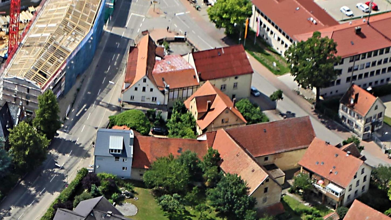 """Dass Gassla-Bauer-Anwesen (Bildmitte) in unmittelbarer Nachbarschaft zum früheren Gasthof """"Zum Kronprinzen"""" wird abgerissen. Auf dem Gelände entsteht ein provisorischer Schotterparkplatz."""