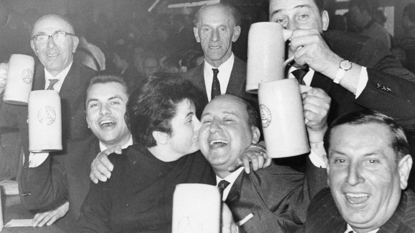 März 1963, Geismannsaal: 18,4 Prozent Stammwürze und 7,2 Prozent Alkoholgehalt machen den Poculator zum Liebling der Fürther und der Taxi-Gilde. Beim jährlichen Fest zu Ehren des umwerfenden Fürther Doppelbocks geht es entsprechend hoch her – bis zum Abriss des Gebäudes im Frühjahr 1982.