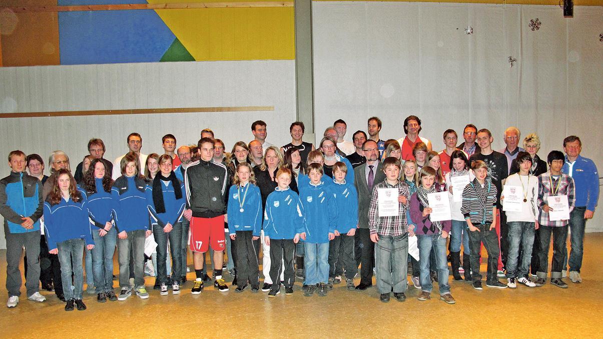 Siegerfoto der besonderen Art: Mehr als 60 erfolgreiche Sportler, davon 13 Einzelathleten und sieben Teams, zeichnete die Stadt Treuchtlingen mit Medaillen und Urkunden aus.
