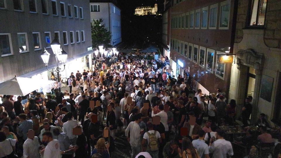 Samstagabend in Nürnberg: Trotz Corona-Beschränkungen trafen sich über hundert Feiernde am Köpfleinsberg zwischen Adlerstraße und Kaiserstraße.