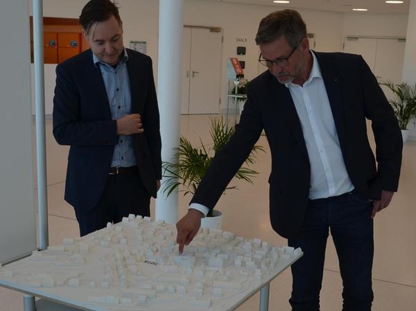 Angetan vom Entwurf der Stuttgarter Architekten: Bürgermeister Karl-Heinz Fitz (rechts) und Michael Lueb vom Staatlichen Bauamt in Ansbach.#