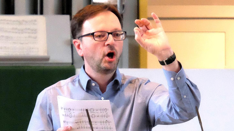 Der Herzogenauracher Kirchenmusiker Dr. Gerald Fink ist musikalischer Leiter des Fränkischen Sängerbundes. Chorproben dürfen unter Berücksichtigung von Infektionsschutz-Maßnahmen und unter dem Primat der Freiwilligkeit wieder stattfinden – nur Konzerte gibt es noch nicht.