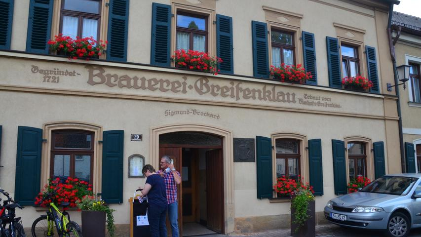 Der Bierkeller Greifenklau liegt etwas außerhalb der Stadt in der Nähe der Altenburg. Das selbst gebraute Greif-Rauchbier stellt im Mai eine besondere Bier-Spezialität dar. Bei schönem Wetter ist der Keller bereits ab 10.30 Uhr geöffnet. Reservierungen werden empfohlen. Es gelten derzeit die gängigen Corona-Regeln.