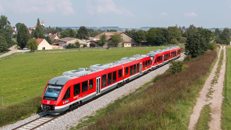 Zur Gartenschau in Wassertrüdingen waren im vergangenen Jahr bereits Sonderzüge auf der Hesselbergbahn unterwegs. Unser Bild entstand bei Altentrüdingen.