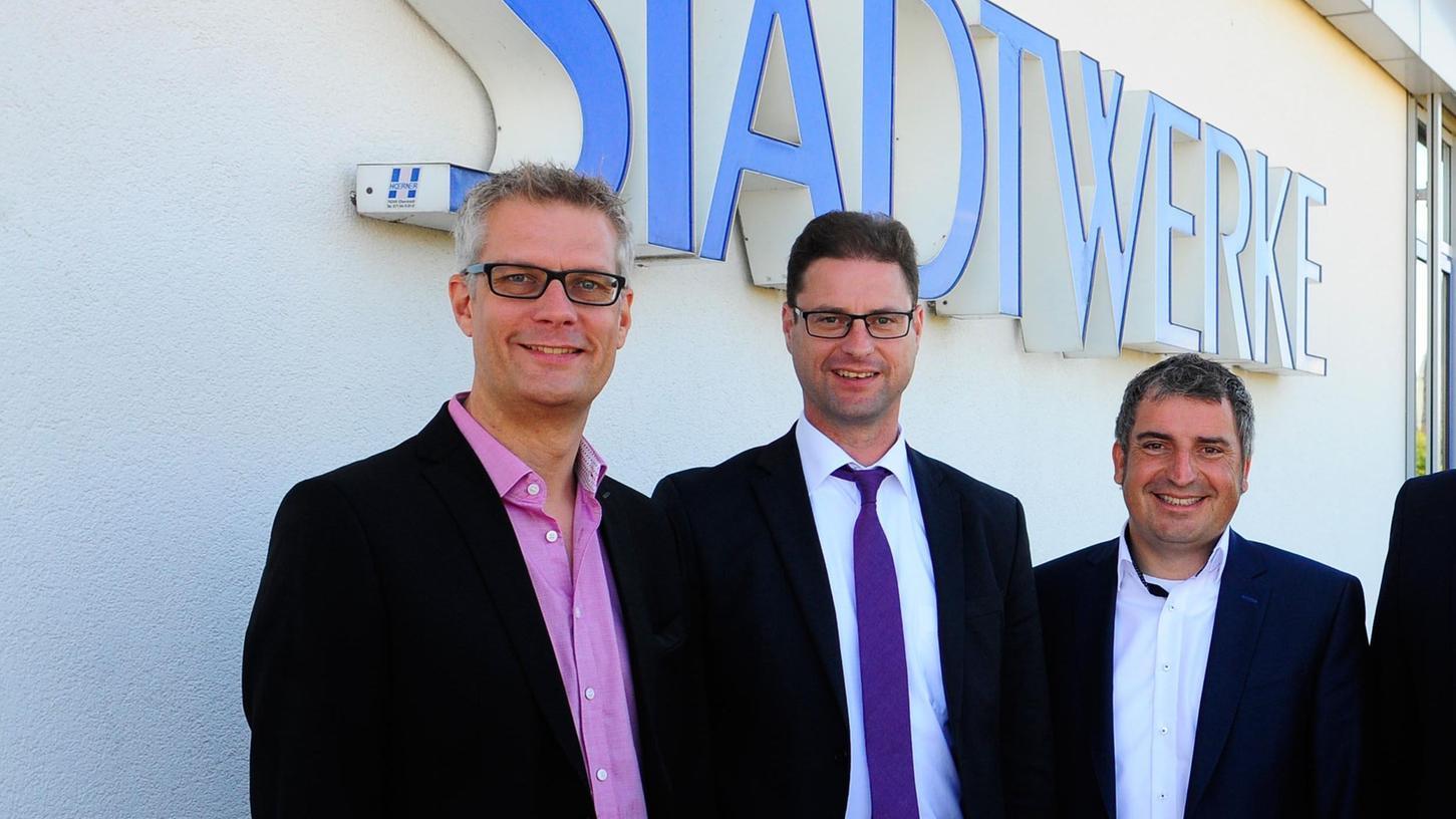 OB Uwe Kirschstein (li.) und die Geschäftsführer der Forchheimer Stadtwerke, Matthias Reznik und Christian Sponsel (re.).
